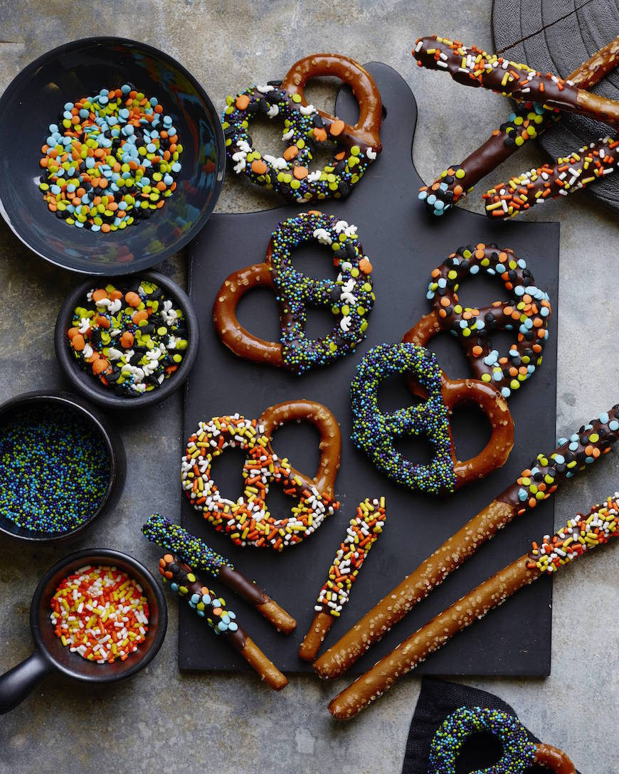 Dark Chocolate Dipped Pretzels from www.whatsgabycooking.com (@whatsgabycookin)